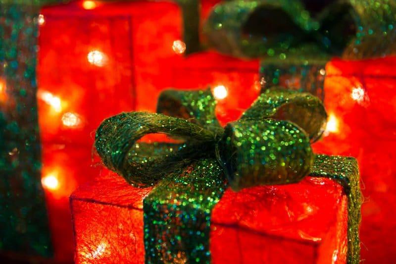リボンのついた嬉しいクリスマスプレゼント ラッピング