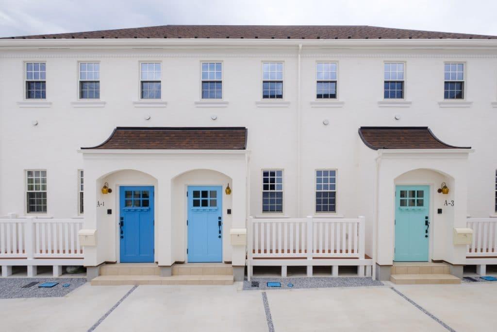 ファミリー向け戸建て賃貸アパート「ラストーリア双柳」のブルーの玄関ドアの写真