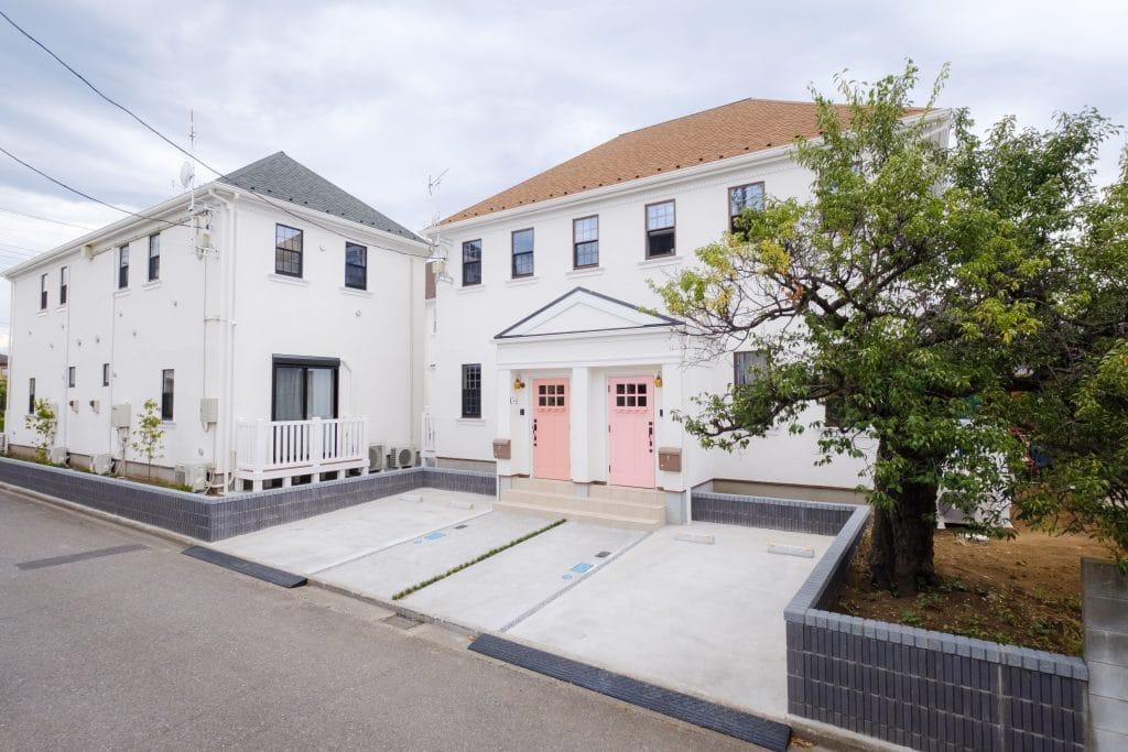 ファミリー向け戸建て賃貸アパート「ラストーリア双柳」のピンクの玄関ドアの写真